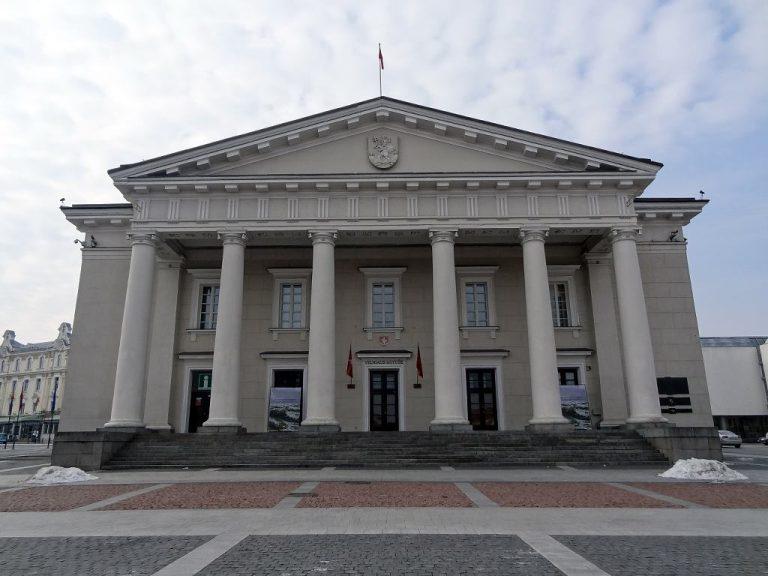 palazzo stile greco municipio vilnius piazza triangolare