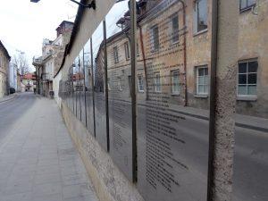 costituzione repubblica di uzupis in varie lingue su pannelli a specchio