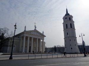 cattedrale e torre vilnius piazza con mattonella stebuklas