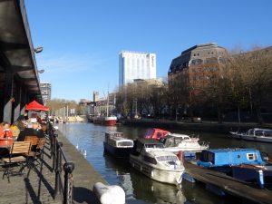 bristol inghilterra canali con negozi e bar waterfront