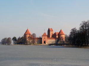 lituania a marzo lago ghiacciato intorno castello di trakai