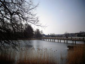 ponte su lago a castello di trakai lituania