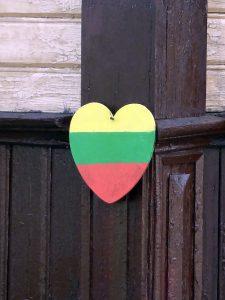 cuore bandiera lituania in villaggio trakai