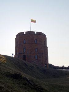 resti castello vilnius torre di gedimino con bandiera lituania