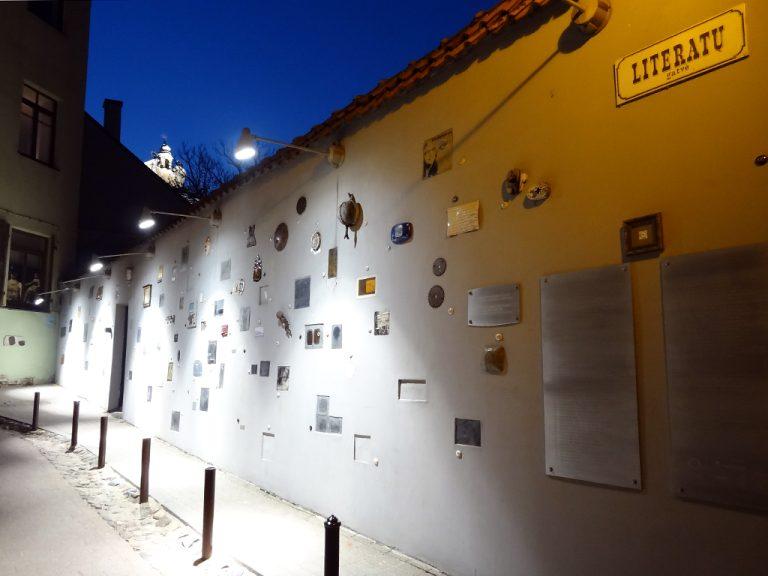 monumento poeti scrittori vilnius literatu gatve