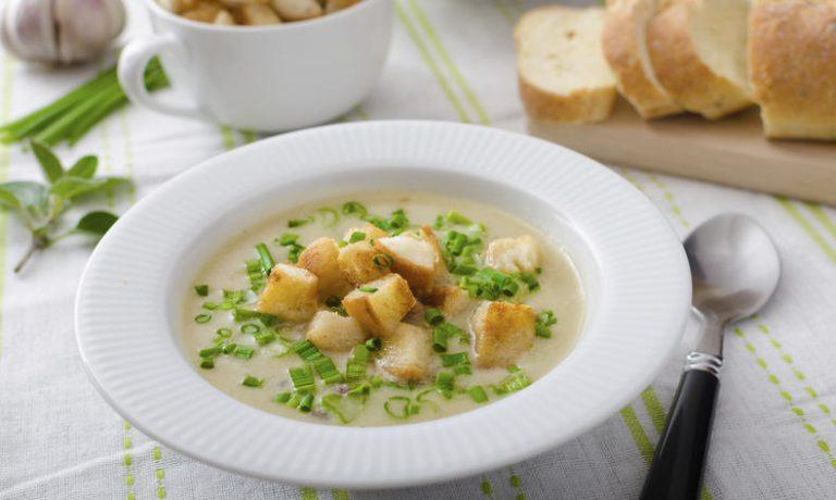 Tra le zuppe tradizionali ceche, quella all'aglio accompagnata da pane tostato