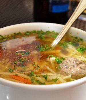 Brodo di manzo e gnocchi di fegato sono gli ingredienti di una delle zuppe tradizionali della Cechia