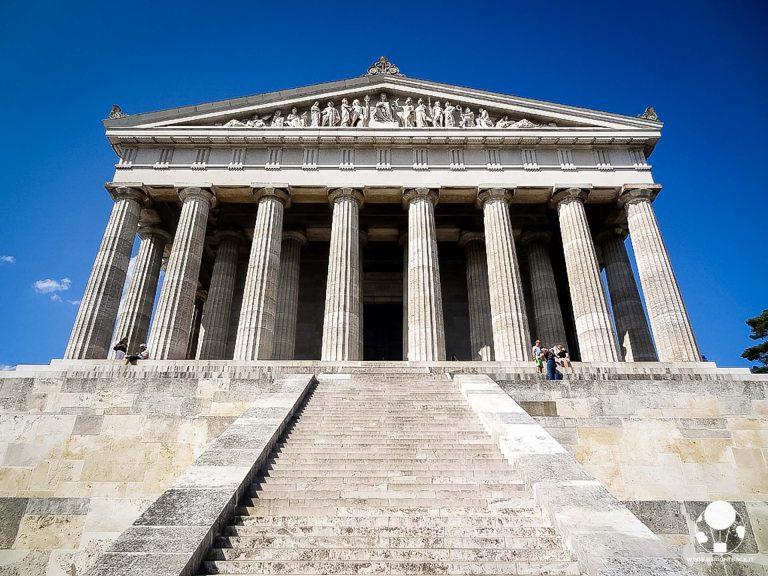 Il maestoso ingresso del tempio di Valhalla, al cui interno ci sono i busti degli eroi tedeschi