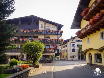 westendorf-austria-tirolo-strade-centro-villaggio-tipici-hotel-con-gerani-berightback