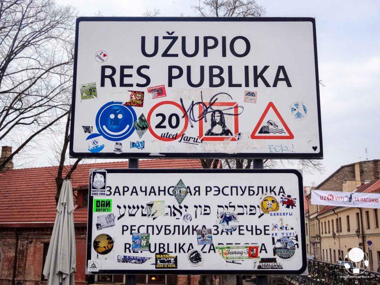 uzupio-res-pubblica-cartello-ingresso-repubblica-indipendente-uzupis-vilnius-berightback