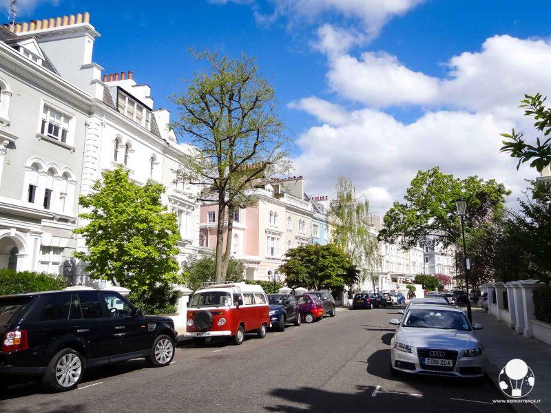 notting hill londra strada con ville a schiera colori pastello elegante zona ricchi