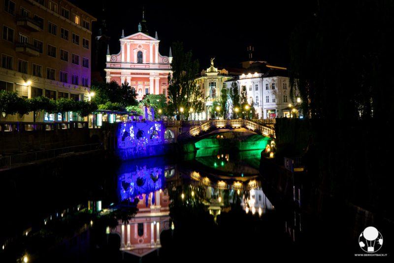 lubiana-di-notte-riflesso-chiesa-triplo-ponte-sul-fiume-berightback