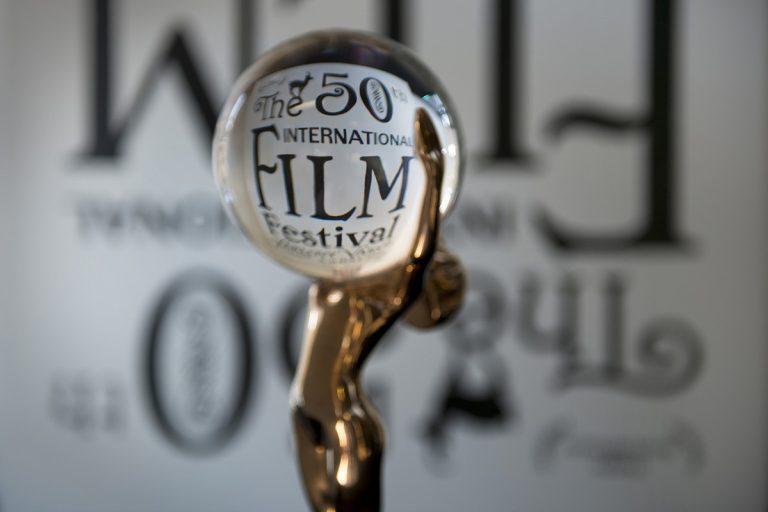 Attori e registi che vengono premiati al Karlovy Vary Film Festival ricevono un'ormai iconica statuetta con un globo di cristallo