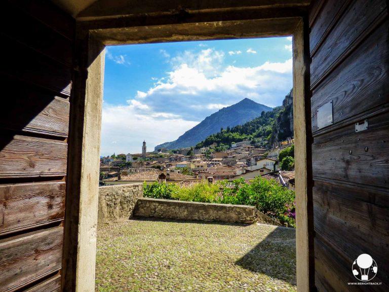 limone-sul-garda-chiesa-di-san-rocco-e-vista-sul-paese-berightback