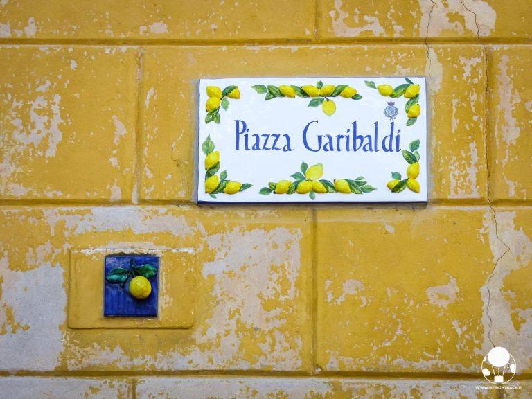 limone-sul-garda-piazza-garibaldi-targa-mattonelle-con-limoni-berightback
