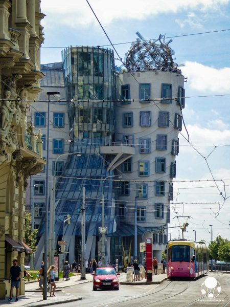 A Praga la Casa Danzante ha assunto tale soprannome perché ricorda la famosa coppia di ballerini Fred Astair e Ginger Rogers