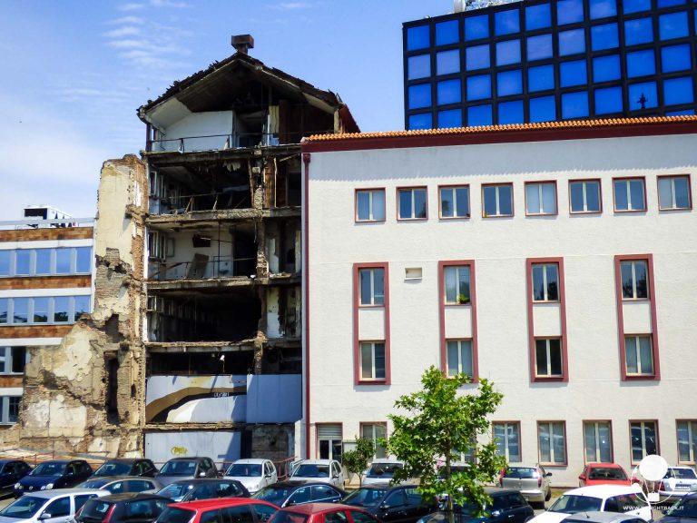 I resti della radio-televisione serba dopo il bombardamento NATO del 1999
