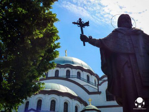 Statua di San Sava con una croce in mano di fronte all'omonimo tempio, Belgrado