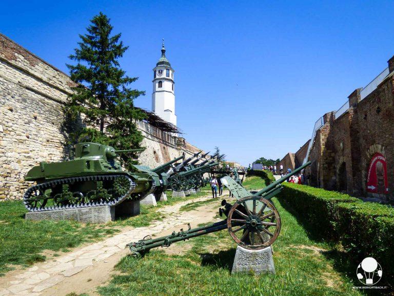 Carri armati e cannoni fanno parte del museo a cielo aperto all'interno del Kalemegdan, Belgrado