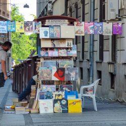 Knez Mihajlova ed i tratti che la distinguono da tutte le strade commerciali del mondo. Belgrado