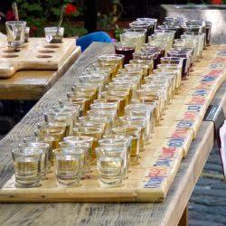 Bancarelle di rakija (alcol tipico) per tutti i gusti a Skadarlija, Belgrado