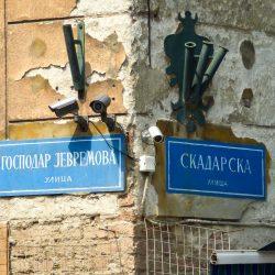 I nomi delle vie di Belgrado sono indicati in alfabeto cirillico e latino