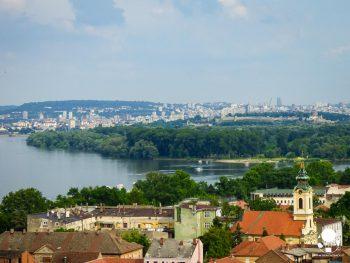Il contrasto tra il quartiere di Zemun ed i palazzoni del centro, Belgrado