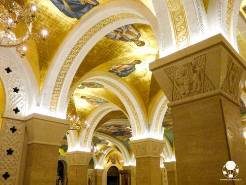 La cripta del tempio di San Sava è un tripudio di marmo ed oro