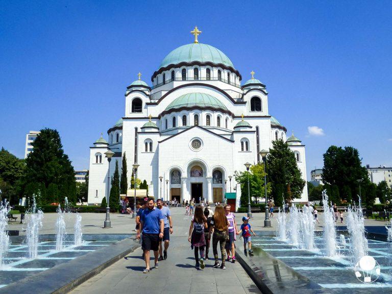 Fontane che portano all'ingresso dell'ancora incompiuto tempio di San Sava