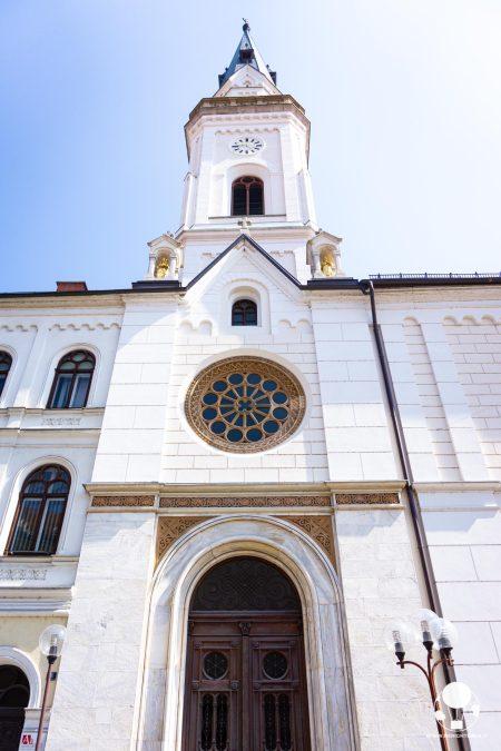 cosa-vedere-a-celje-chiesa-maria-assunta-campanile-ed-ingresso-berightback