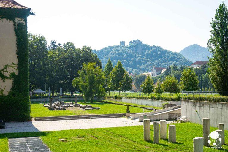 cosa-vedere-a-celje-resti-romani-con-castello-sullo-sfondo-lungo-fiume-savinja-berightback