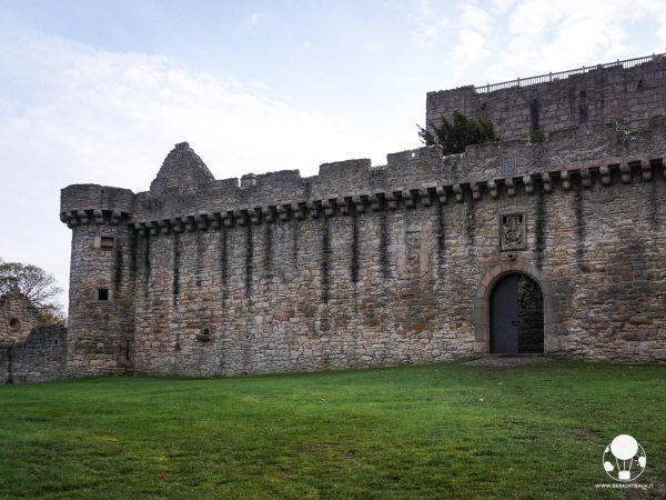 outlander terza stagione castello craigmillar edimburgo prigione di ardsmuire jamie lord john