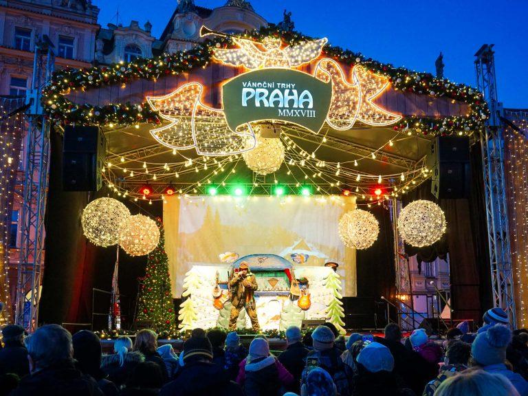 mercatini di natale di praga piazza dell'orologio palco spettacolo