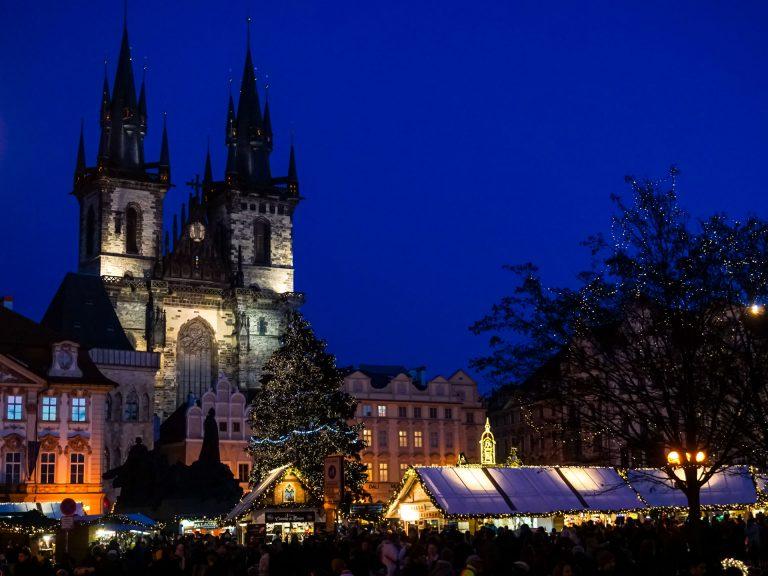 mercatini natalizi praga albero di natale bancarelle chiesa di tyn in piazza orologio