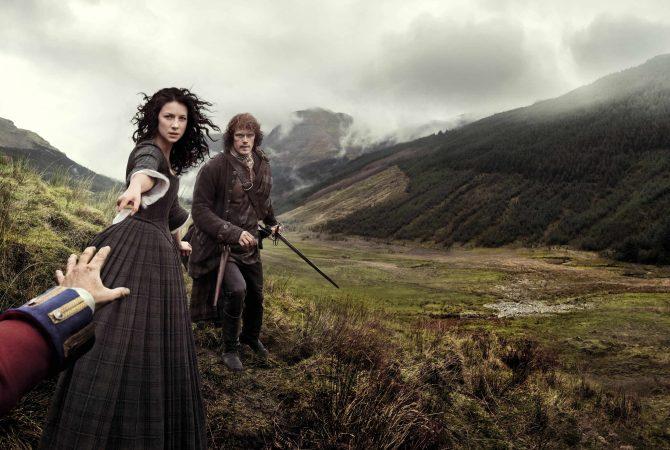 outlander glencoe poster ufficiale con claire jamie e mano black jack