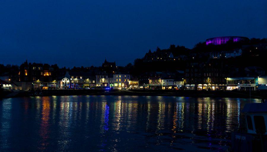 oban scozia vista sul paese dal traghetto di notte