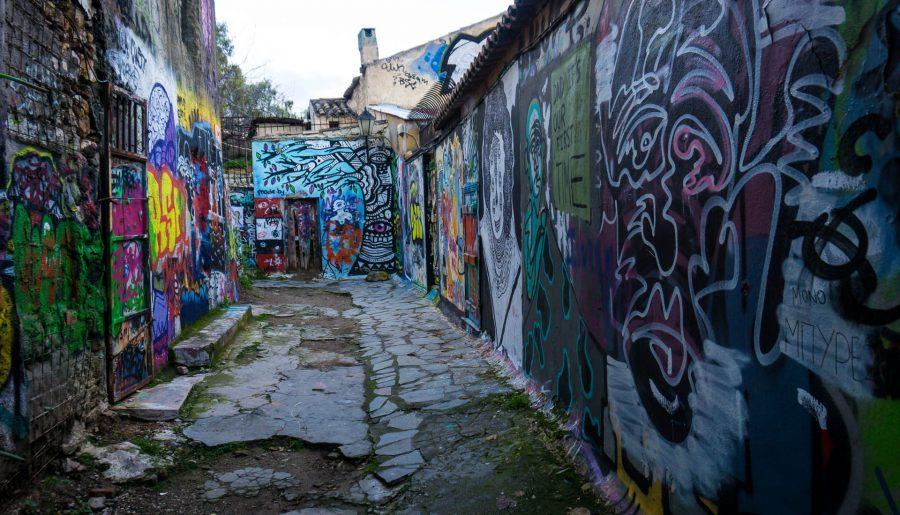 Centro Atene Grecia street art anafiotika vicolo decadente