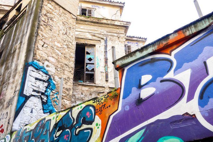 Atene grecia street art e rovine intorno a finestra