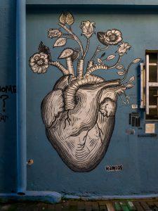 Atene street art psyri strada con murales cuore e fiori