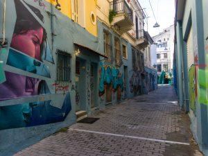 Atene street art psyri strada con murales hotel