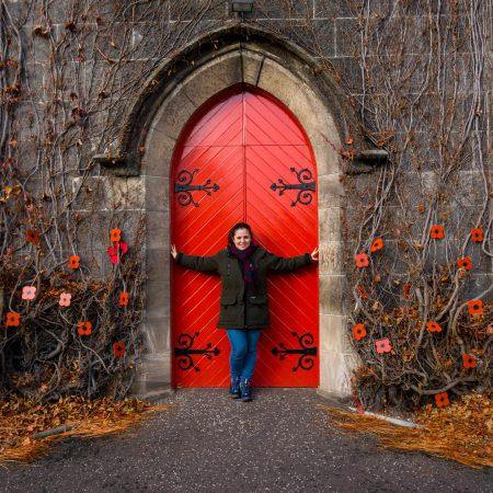 Liberton kirk Edimburgo porta rossa e papaveri