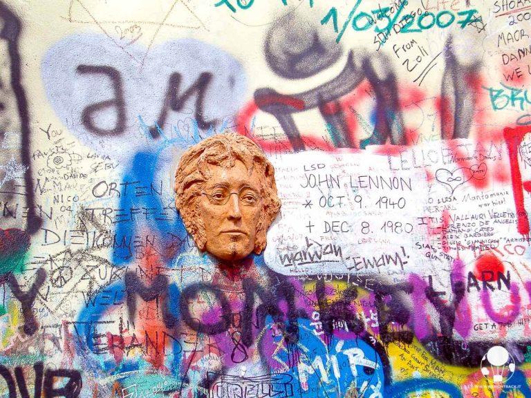 muro-lennon-con-scultura-sua-faccia-praga-2007-berightback