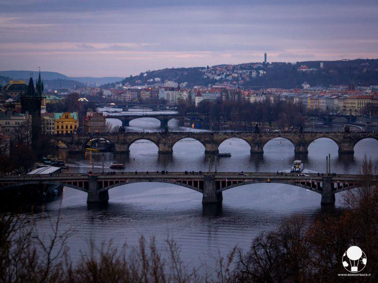 praga-dall-alto-ponti-moldava-al-tramonto-da-parco-letna-berightback