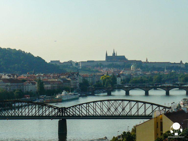 praga moldava e castello visti da collina vysehrad