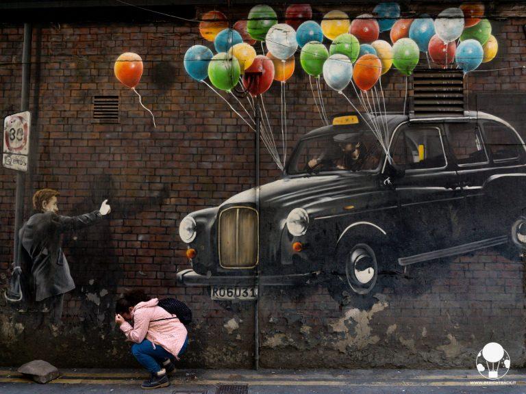 glasgow centro mural trail taxi con palloncini colorati