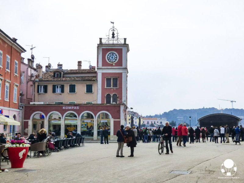 rovigno-cosa-vedere-piazza-tito-con-campanile-leone-venezia-berightback