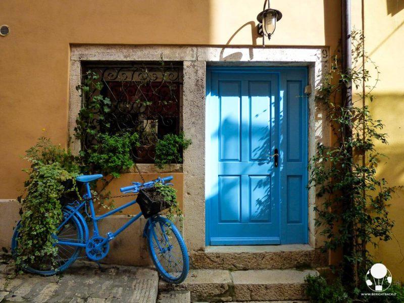 rovigno-cosa-vedere-scorci-centro-storico-porta-blu-berightback
