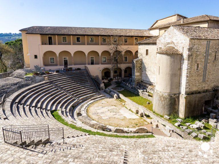 spoleto umbria resti teatro romano