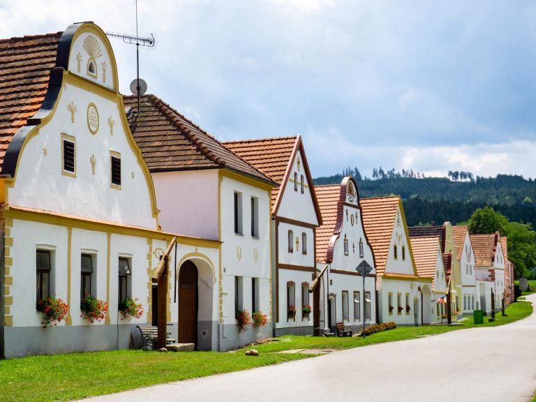 holasovice boemia del sud villaggio unesco repubblica ceca fila fattorie in perfetto stile barocco rurale popolare