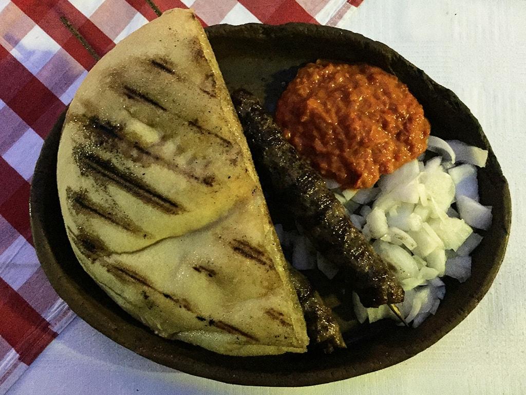 maribor marburgo slovenia piatto tipico cevapi con pane bosniaco